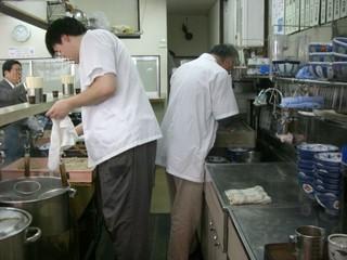 立ち食いそば屋の厨房