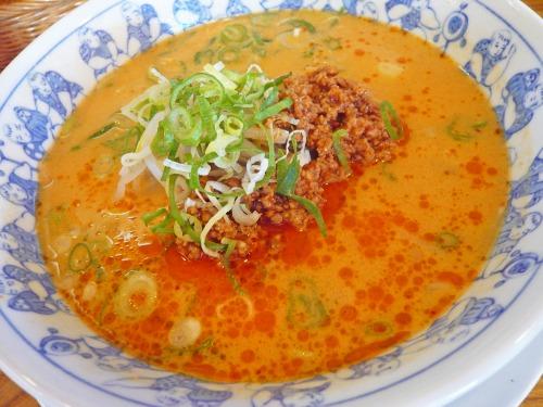 タンタン麺。スープはゴマ味で、赤く見えるのはラー油。炒めた挽肉、ネギがトッピングされている。