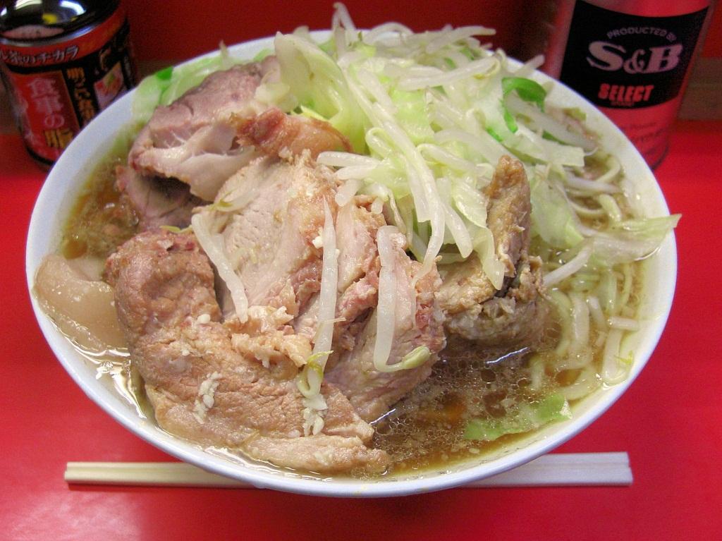 ラーメン二郎。写真は三田本店のもの。大量の厚切りチャーシュー、スープに厚く溜まる背脂、山盛りのモヤシキャベツが特徴。
