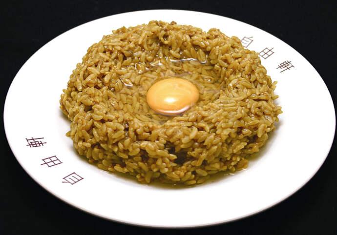 大阪の明治時代よりある自由軒の名物カレー。カレーはあらかじめご飯にまぶしてあり、生卵とソースをかけて混ぜたから食べる。