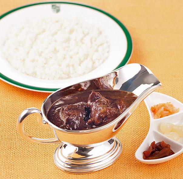新宿中村屋のインドカリー。このようにご飯と別に独特の金属容器に入ってくるスタイルも定番である。