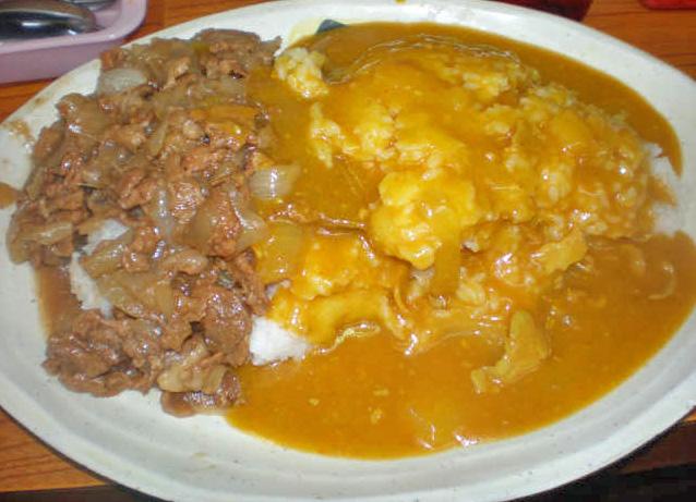 牛八大井町店の名物スタミナカレー。豚とタマネギを煮たものとの合いがけになっている。